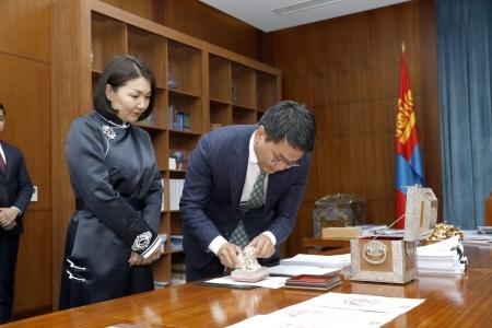 2019 онд батлагдсан Монгол Улсын хуулиуд дээр Төрийн тамга дарлаа