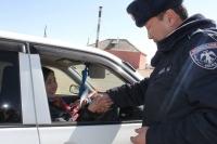 Замын цагдаа нар эмэгтэй жолоочдыг баярлууллаа