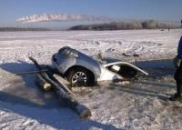 Хоёр машин мөсөнд цөмөрч, нэг хүн амиа алджээ