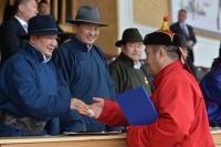 ФОТО: Ерөнхийлөгч шинэ цолтнуудад үнэмлэх, тэмдгийг нь гардууллаа