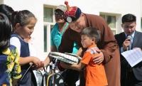 Улсын начин Ш.Дарханбат 150 хүүхдэд хичээлийн хэрэгсэл бэлэглэв