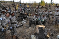 Сурагчид болон ХСИС-ийн сонсогчид түймэрт шатсан ойг цэвэрлэж байна
