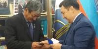 Нэрт монгол судлаач эрдэмтэний хүү шагнал хүртлээ