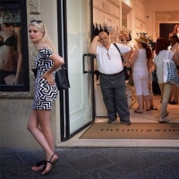 ФОТО: Эхнэртэйгээ дэлгүүр хэсэж буй эрчүүд