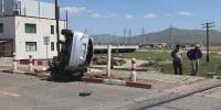 Хаалт бууж байх үед Toyota маркийн автомашин гарам руу орж осолджээ