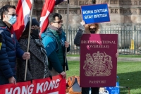 """Бээжингийн шинэ хууль Хонгконгчуудыг Англи руу """"нүүхэд"""" хүргэв"""